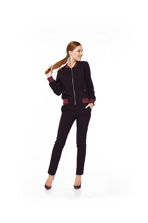 Бордовый брючный костюм, бомбер на подкладке и зауженные брюки с карманами