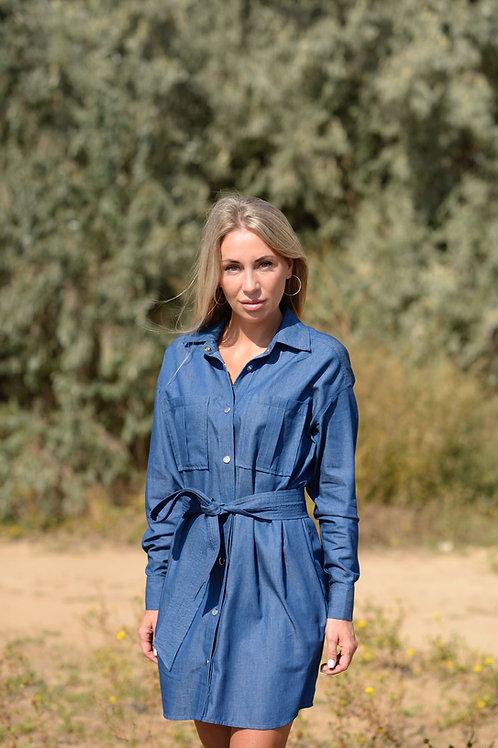 Голубое джинсовое платье на кнопках с широким поясом