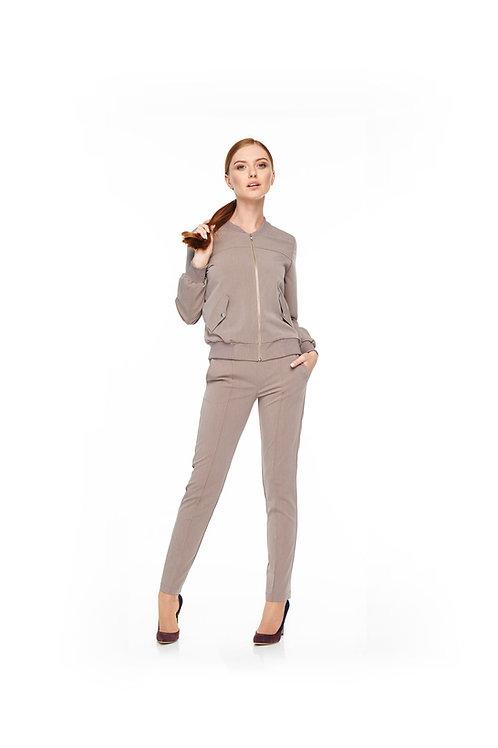 Серый брючный костюм, бомбер на подкладке и зауженные брюки с карманами