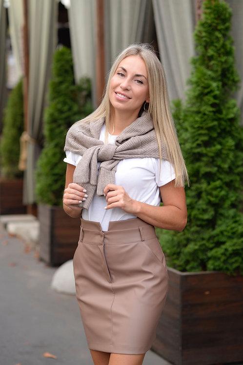 Бежевая юбка из экокожи с завышенной талией и карманами