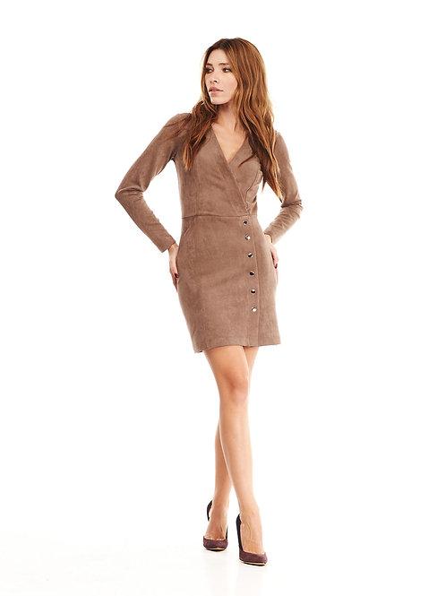Бежевое платье на запах, отрезное по линии талии, декорированное кнопками