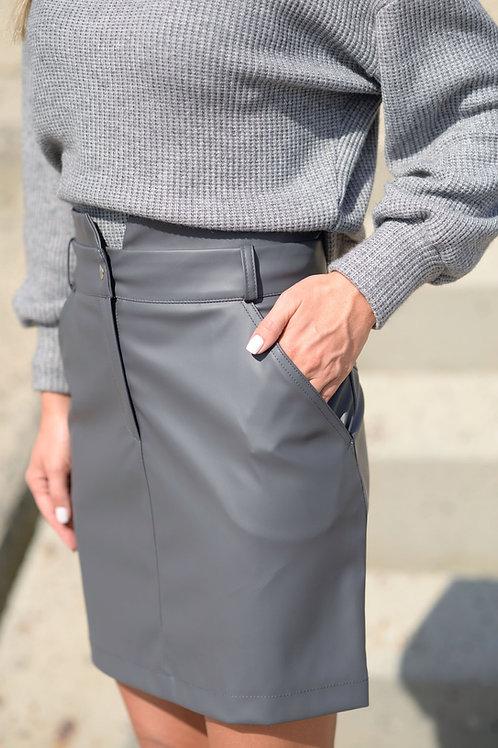 Серая юбка из экокожи с завышенной талией и карманами