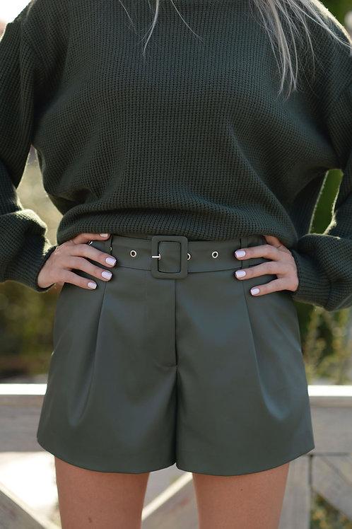 Зелёные шорты из экокожи с завышенной талией