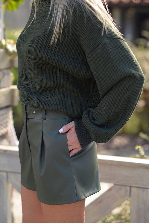 Зелёный вязаный свитер