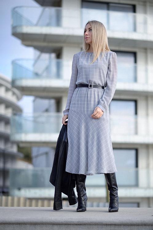 Серое шифоновое платье в клетку, отрезное по линии талии на резинке, юбка миди
