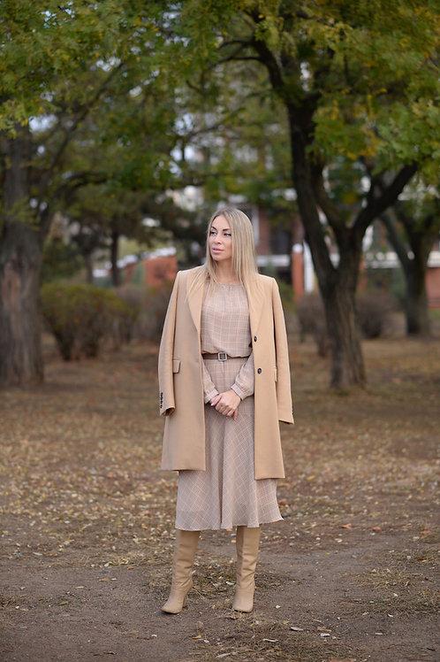 Бежевое шифоновое платье в клетку, отрезное по линии талии на резинке, юбка миди