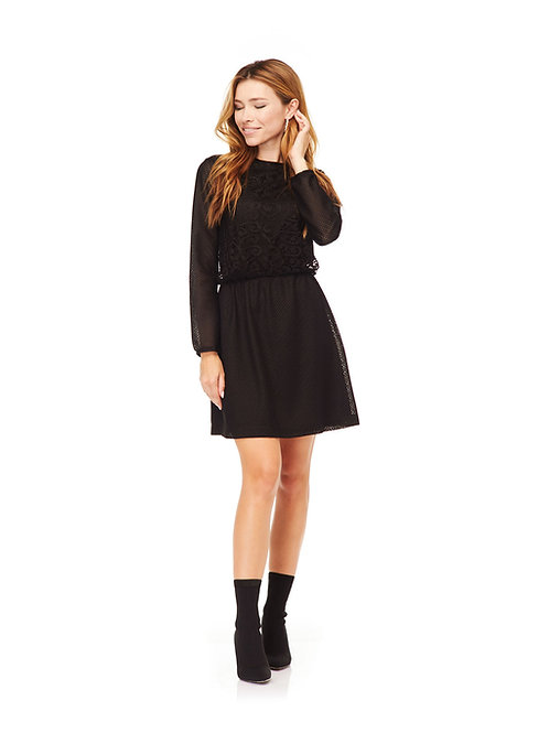 Чёрное короткое платье с кружевом, отрезное по линии талии на резинке