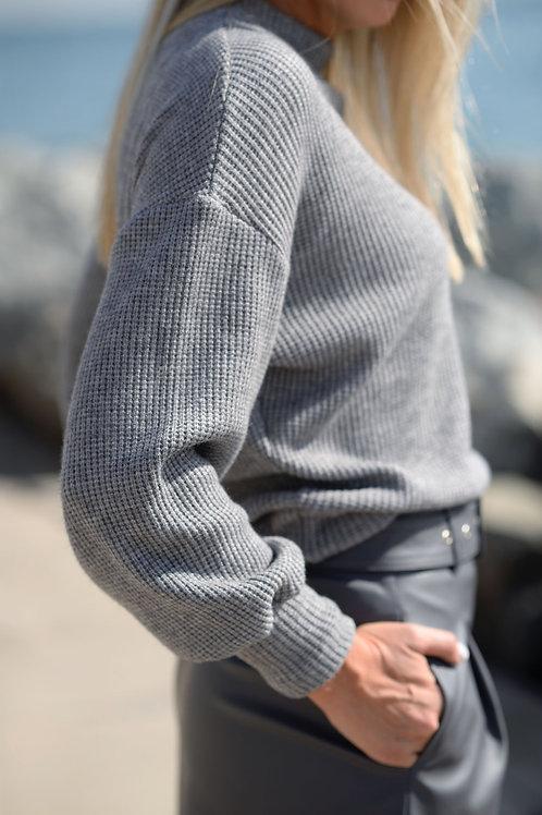 Серый вязаный свитер