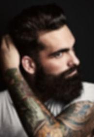 Homem com um braço tatuado