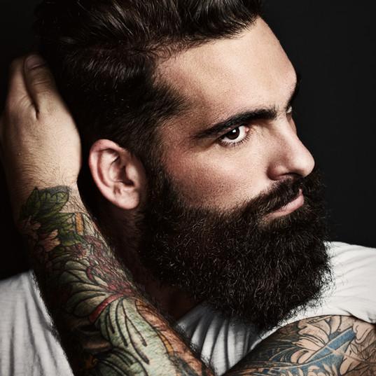 L'homme avec un bras tatoué