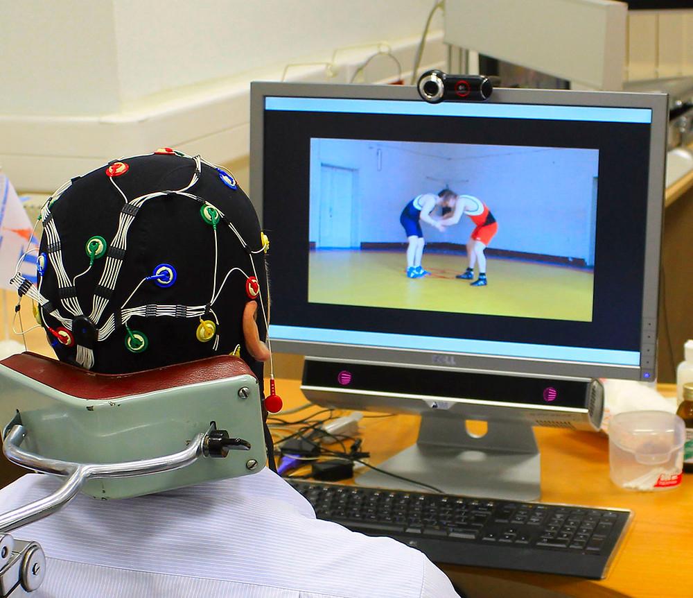 Электроэнцефалограмма и айтрекер под монитором для современных исследований