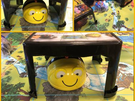 Egenprodusert Bee-Bot tunneler laget av yoghurt bokser