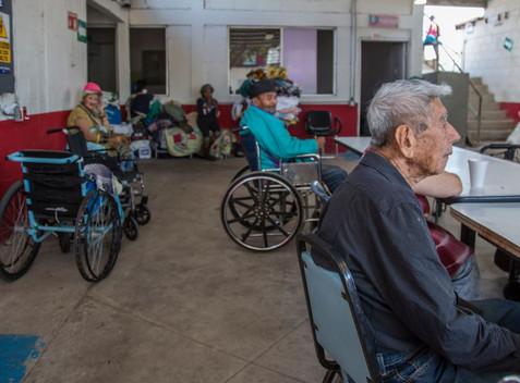 La 4T 'olvida' a ancianos y enfermos de cáncer, advierten estudios de diputados