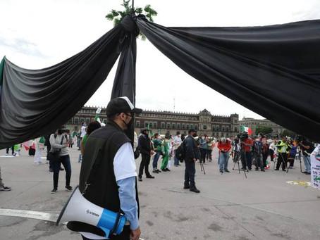 Frente Anti-AMLO coloca moño de luto en el Zócalo