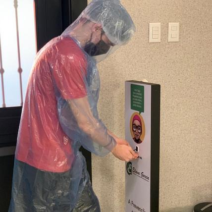 Higienizando as mãos.