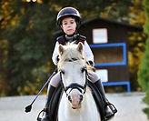 Niño montando a su poni en CAVA Horse