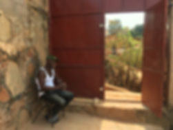 chris bij de poort van opvanghuis.JPG