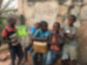 kinderen die adp helpt naar school te ga