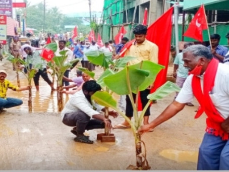 நூதன முறையில் சாலையை சரிசெய்ய நடத்திய போராட்டம்!!!