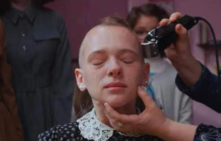 Unorthodox - The haircut that Esther receives from the Jews