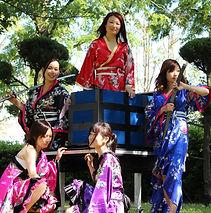剣刀隊女性マジックグループ。和風スタイルで斬新な演出