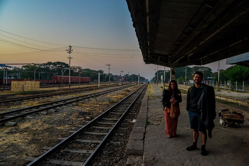 Birten und Aydin am Bahnhof in Aungpan Myanmar.