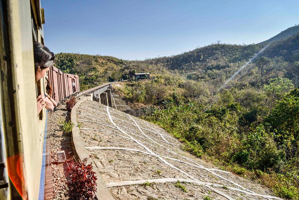 Mit dem Zug nach Shwenyaung über eine Brücke. Myanmar.
