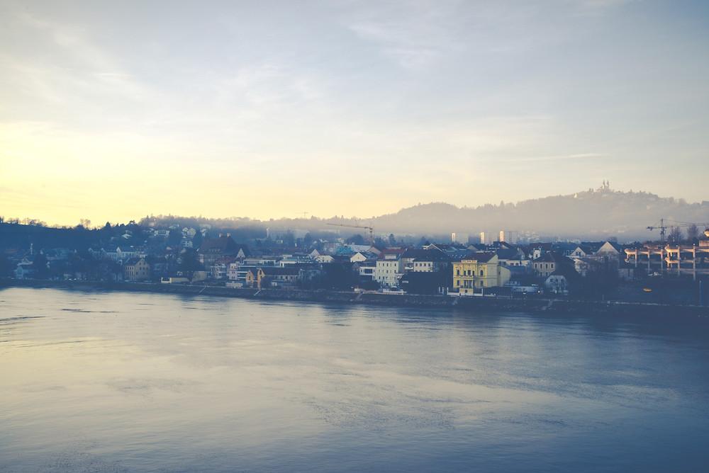 Linz beim Sonnenuntergang. Ausblick auf den Pöstlingberg