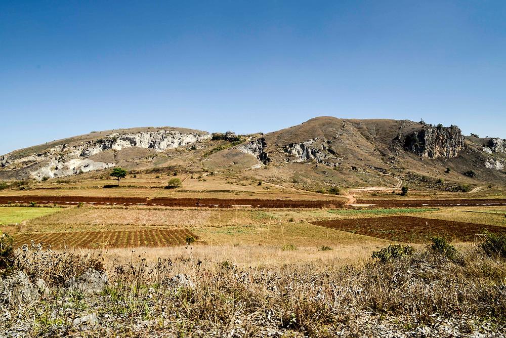 Karge, Felslandschaft. Blick aus dem Fenster des Zuges nach Shwenyaung, Myanmar.