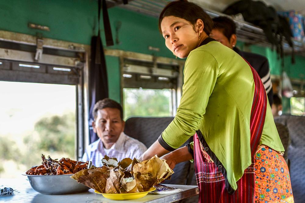 Im Zug nach Shwenyaung, Myanmar. Essen wird verteilt.