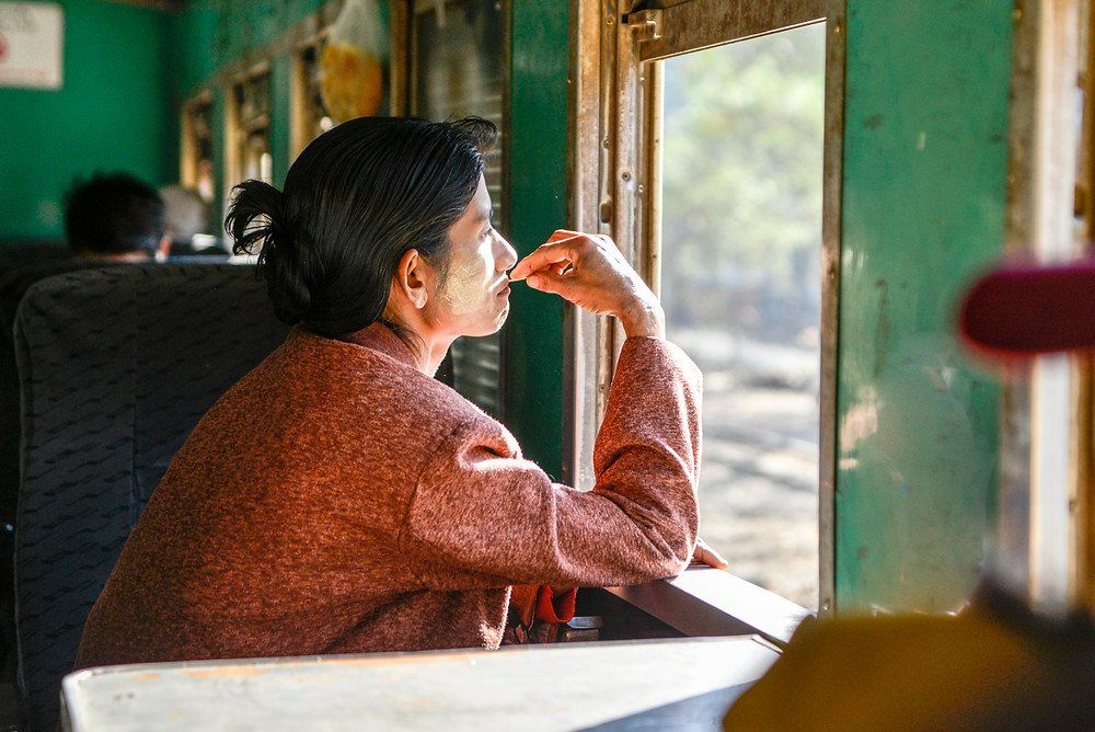 Im Zug nach Shwenyaung. Myanmesin blickt auf dem Fenster.