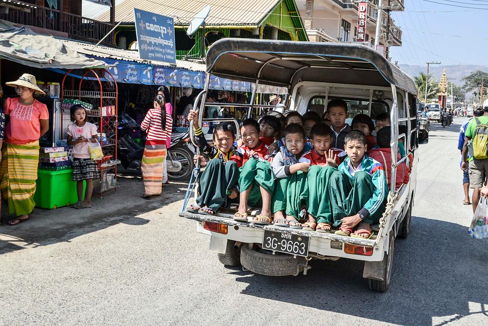 Schulkinder auf kleinem Laster in Shwenyaung, Myanmar.