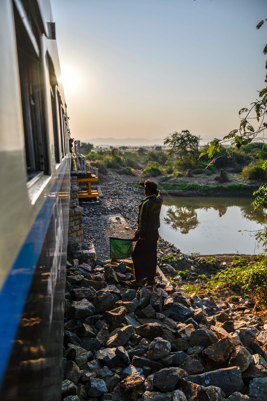 Zug nach Shwenyaung über eine Brücke. Myanmar.