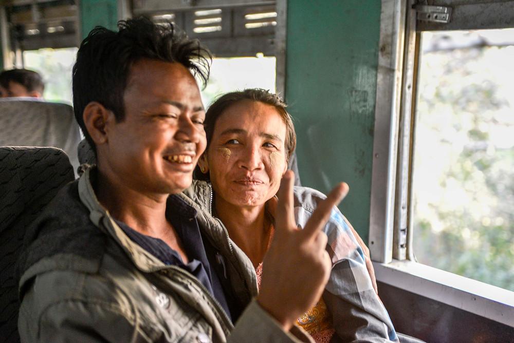 Myanmesisches Paar im Zug nach Shwenyaung.