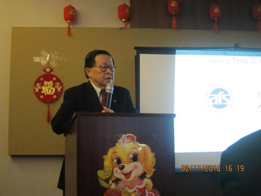 华尔街银行家,百人会创始人Henry Tang发表演讲。