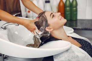 mujer-lavando-cabeza-peluqueria_1157-271