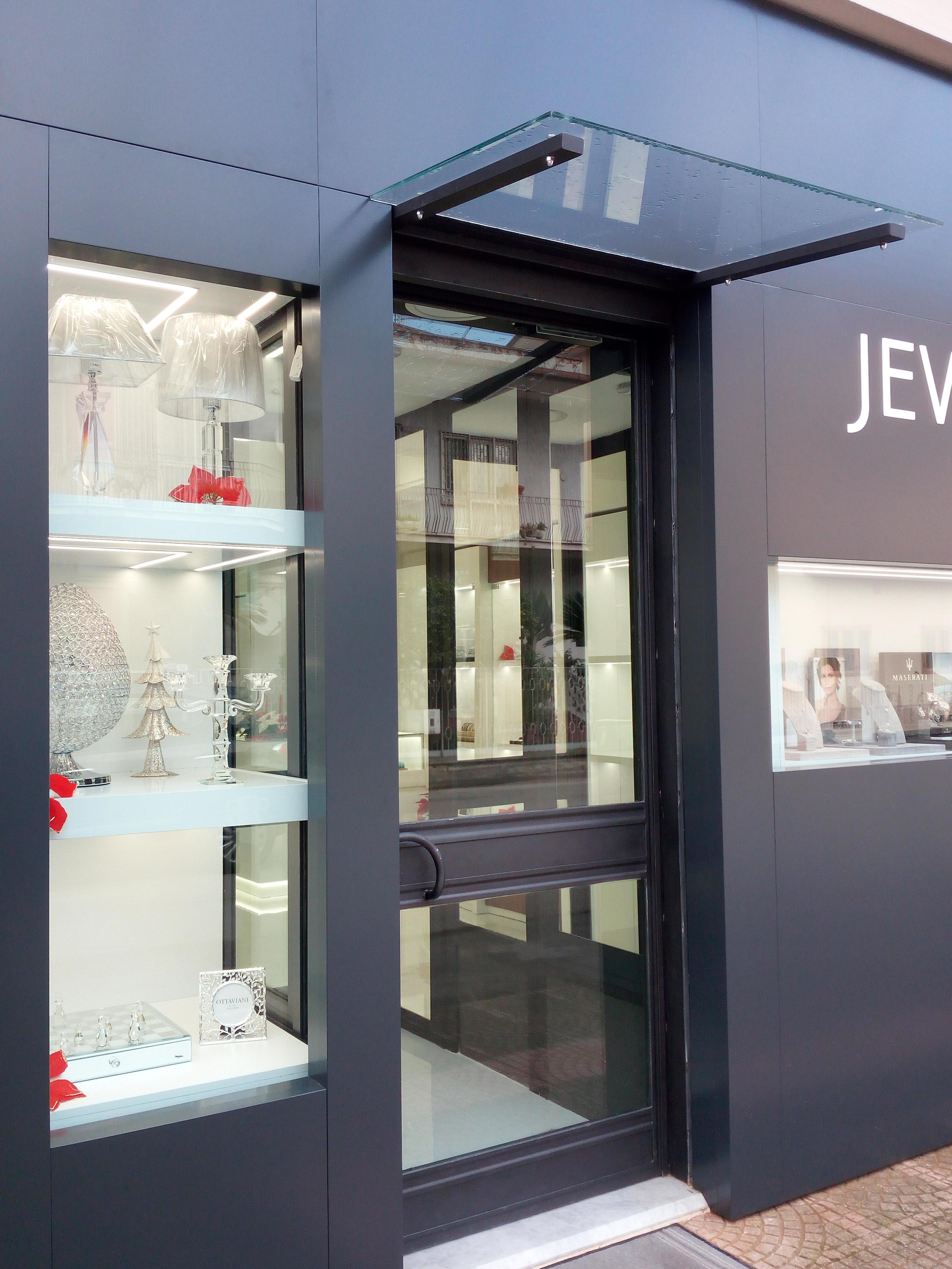 Esterno vetrina espositiva gioielleria, illuminazione led, argenteria e bigiotteria