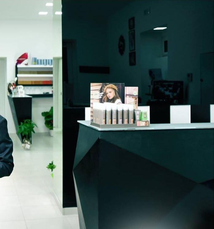 Arredamento parrucchiere e centro estetico, banco vendita e reception, color bar
