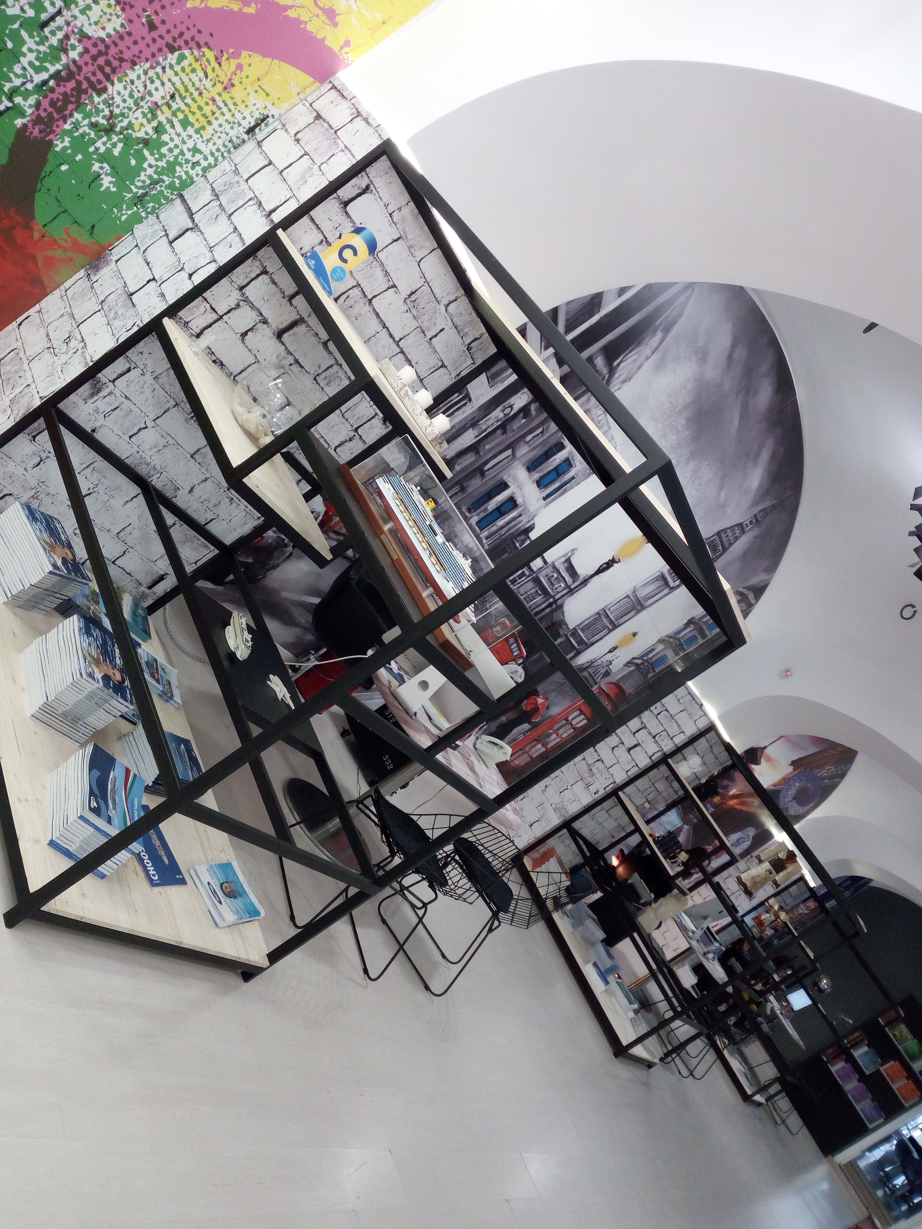 Fornitura scaffali per uffici e agenzie, espositori cataloghi viaggi