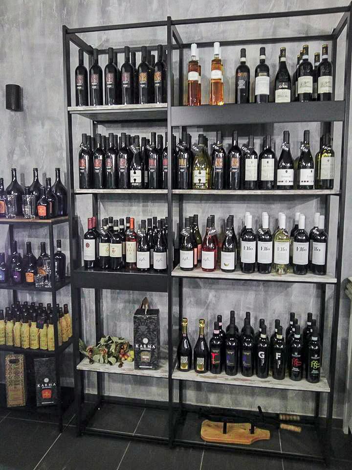 Espositore vini, scaffali enoteca, arredamento moderno su misura