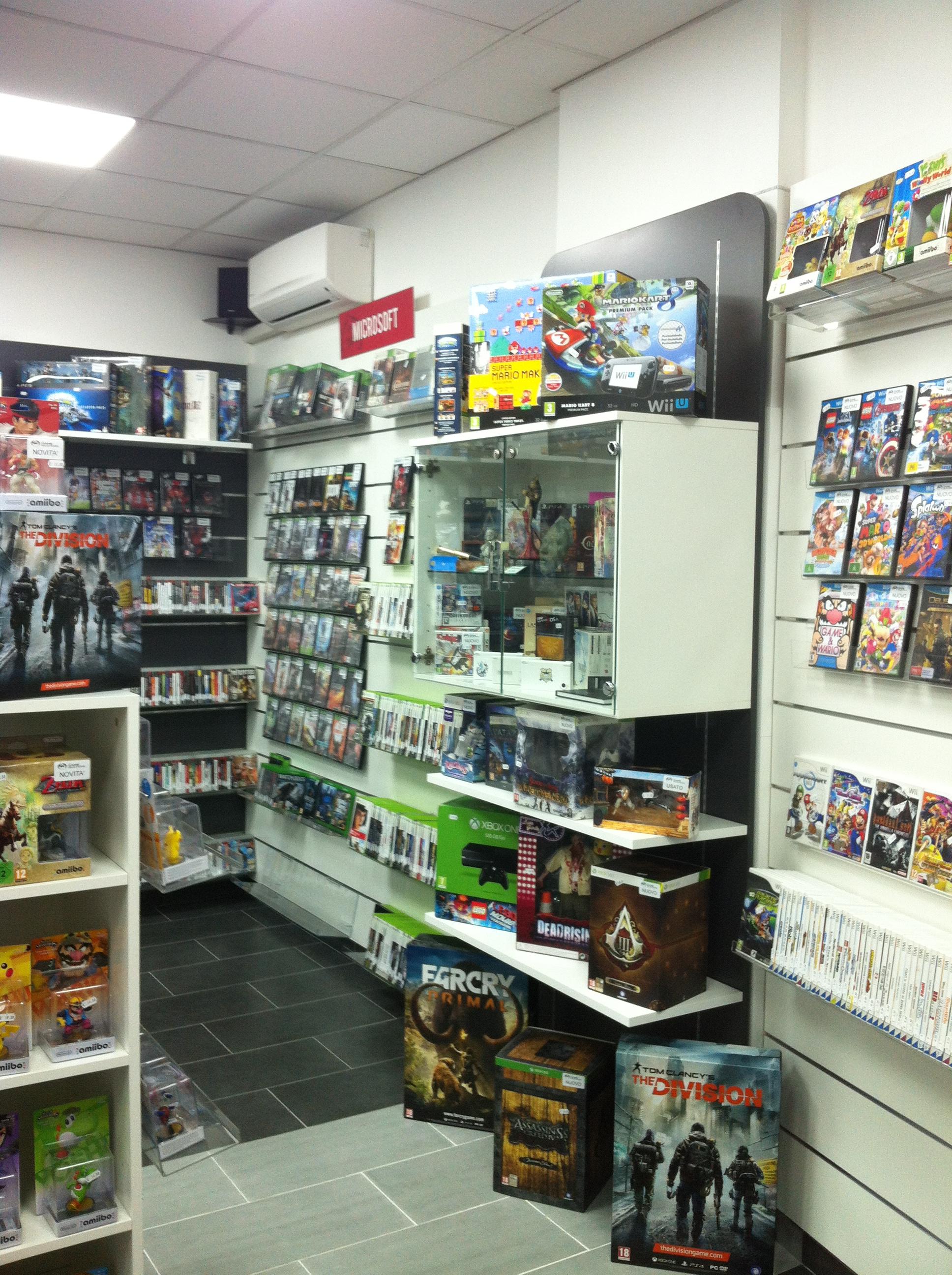 Arredo negozio elettronica e videogames, gadget, vetrina espositiva