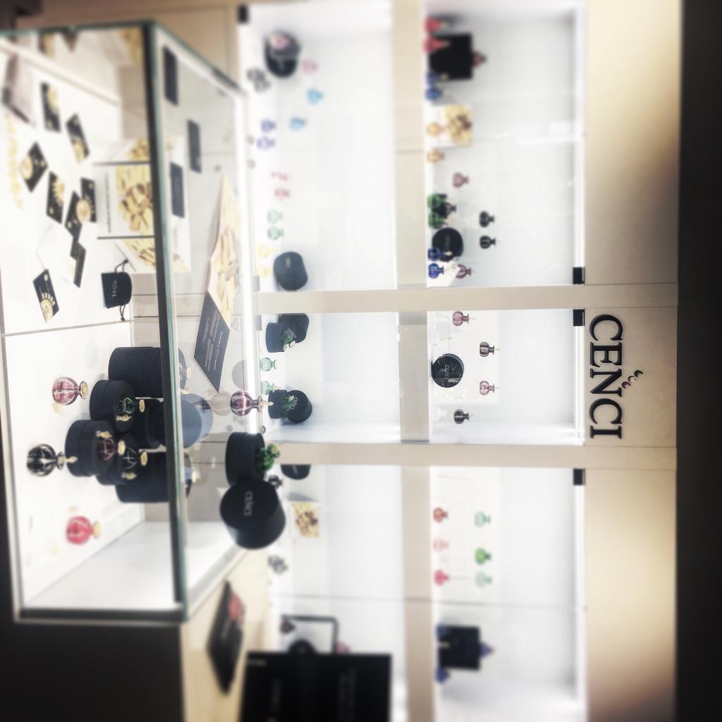 Banco vendita con vetrina, arredamento gioielleria e bigiotteria con ripiani luminosi