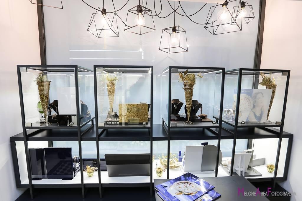 Arredamento gioielleria con vetrine in metallo, illuminazione led, vetro extra chiaro, arredo su mis