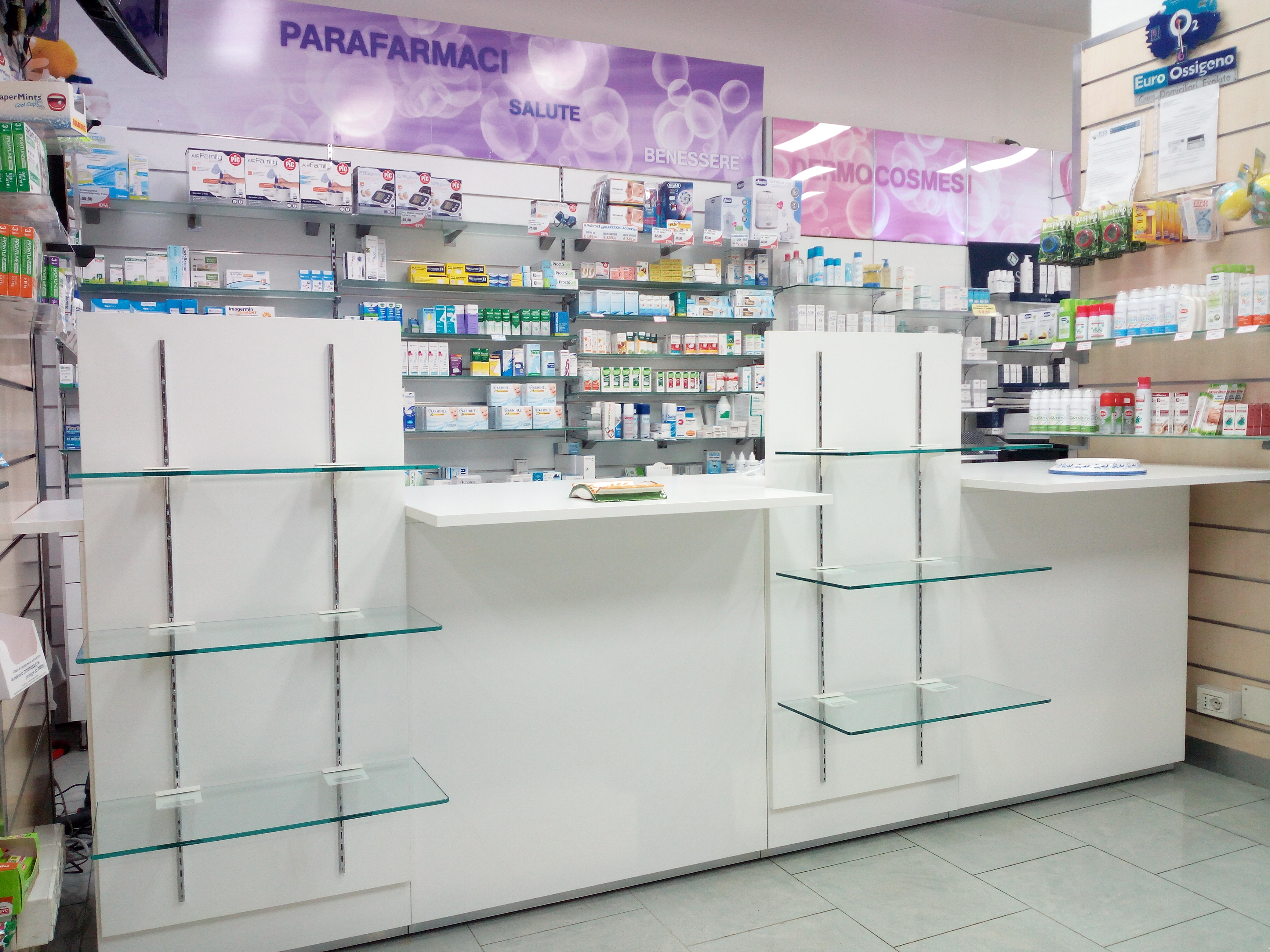 Mobile espositore farmaci, banco cassa
