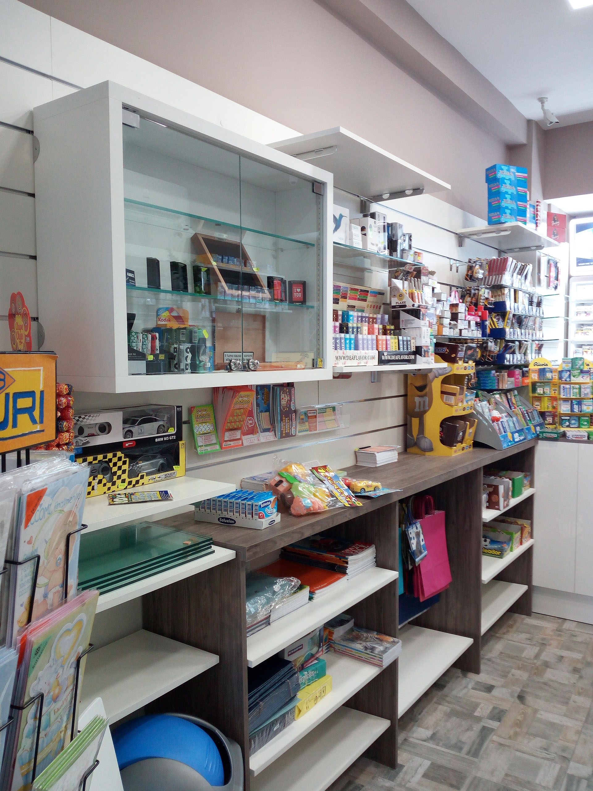 Arredamento tabacchi, cartoleria, vetrina esposizione