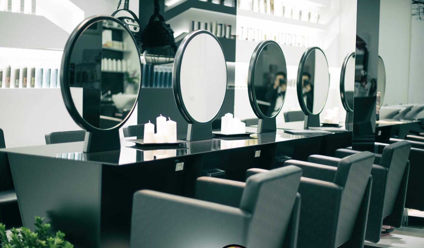 Arredamenti personalizzati per parrucchieri, posti lavoro centrali bifacciali con specchio, poltrona