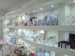 Mobile oggettistica con piani luminosi, negozio di articoli da regalo, espositore centrale per crist