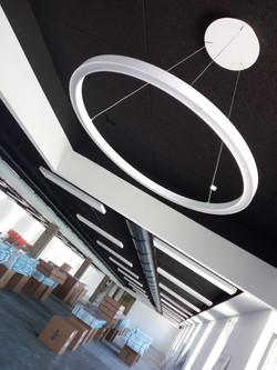 Arredamento ufficio con progetto personalizzato, lampadario circolare moderno