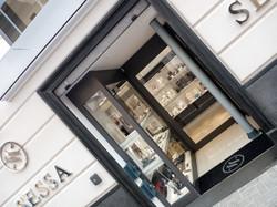 Arredamento gioielleria, vetrina espositiva, allestimento negozi su misura, ingresso di sicurezza gi