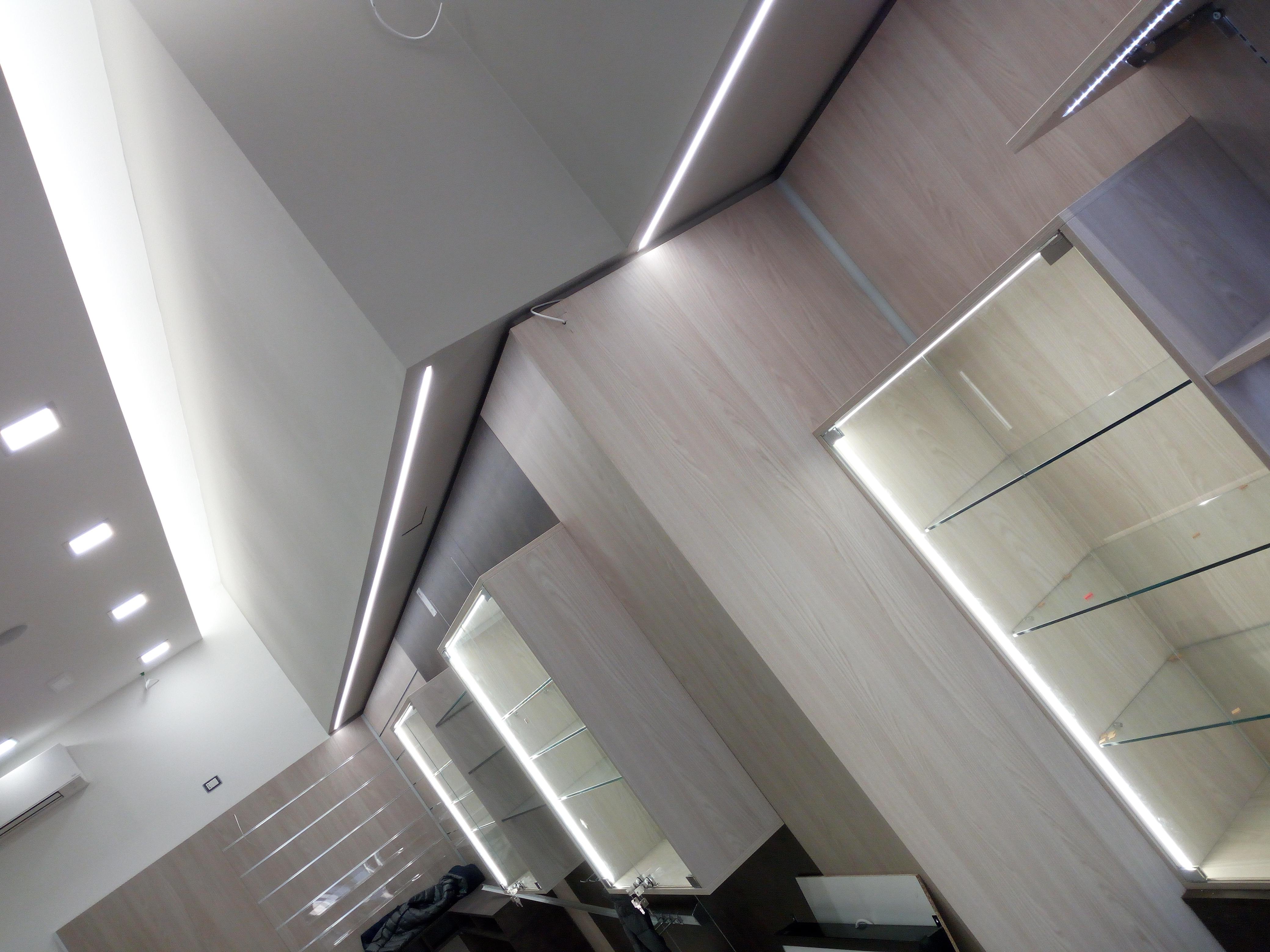 Progetto tabaccheria su misura, arredamenti moderni con illuminazione LED
